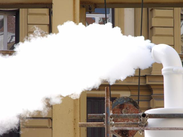 Fumaça branca  saindo da  descarga do carro