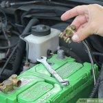 Trocar bateria com o carro ligado é perigoso