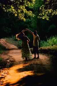 casal dança em meio a trilha, ilustrando músicas internacionais românticas