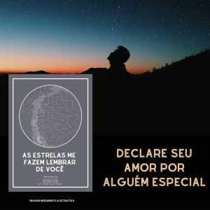 homem observa estrelas no céu e mapa do meu ceu cinza está em destaque