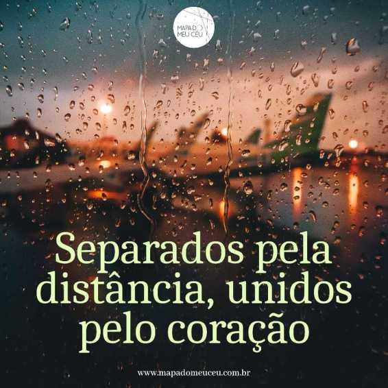 janela molhada pela chuva mostra aviões em mensagem dia dos namorados distante