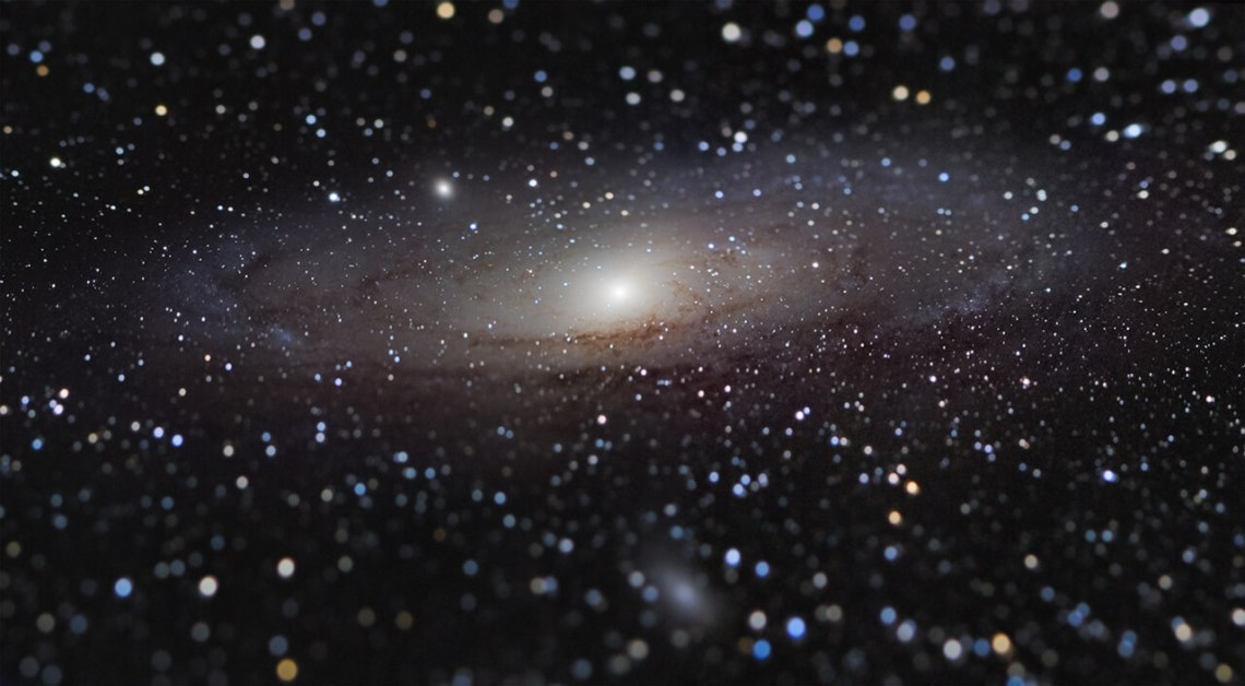 Galáxia de Andômeda pelo ganhador do Insight Investment Astronomy Photographer of the Year, com a imagem Andromeda Galaxy at Arm_s Length © Nicolas Lefaudeux
