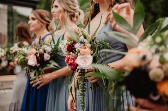 presente padrinhos de casamento - madrinhas aguardando a noiva com flores nas mãos