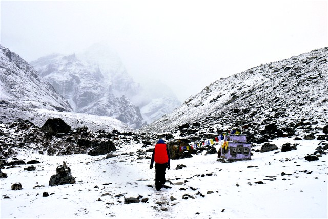 Trekking to EBC in the snow-001