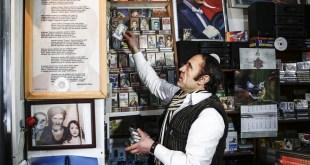 منذ ربع قرن يتمسك هذا الرجل ببيع أشرطة «الكاسيت» القديمة.. حكى سبب عدم تحوله للأقراص الرقمية