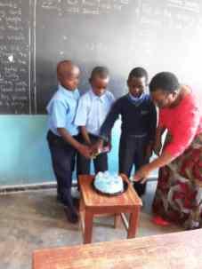 Gift cutting cake