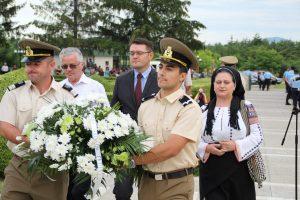 """Directia Judeteana pentru Cultura Vrancea a depus o coroana de flori alaturi de dirijorul corului pastorala si directorul Ansamblului Folcloric """"Tara Vrancei"""""""
