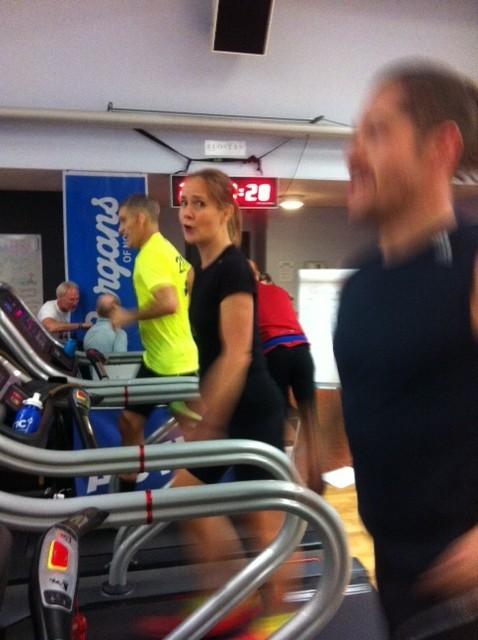 I mitten ser vi Kristina berätta något för mig. I gul tröja Guillermo och närmast kameran Anders som håller löpsällskap. Foto: privat