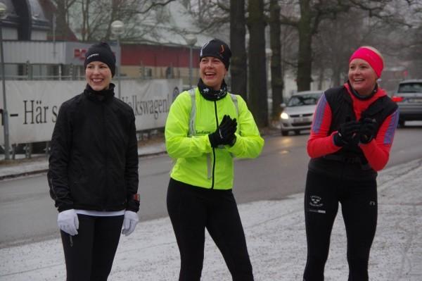 Sara, jag och Katrin gör ett lite hejarropsstopp vid Stadion. Foto: Mats Dänsel