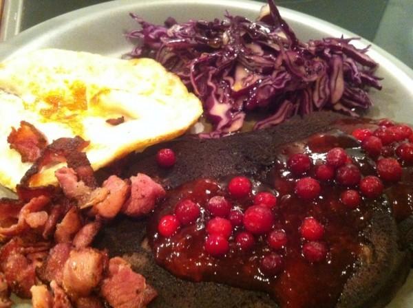 Tacksam för supersmarrig blodpudding. Här med bacon, ägg, rödkålssallad och lingon. Foto: privat