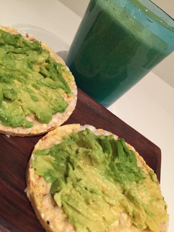 Riskakor och min gröna smoothie. Foto: privat