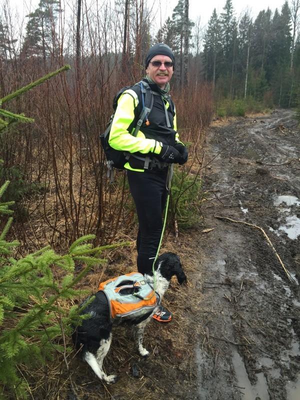Jan-Erik och jag höll humöret uppe trots lera, sörja och blöta kläder. Foto: privat