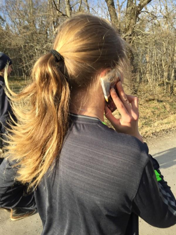 När chefen ringer svarar man. Julia är tjej och kan både springa och prata i mobilen samtidigt. Foto: privat