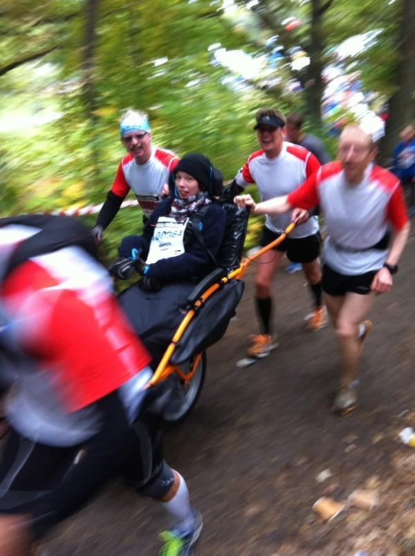 Här springer Jan-Eric & Co Lidingöloppet med Glädjeknuff. 3 mil kuperat. Foto: privat