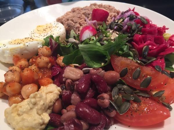 Bönor, sallad, syrad vit/rödkål, tomat, homous, ägg, tonfisk, olja, frön och coleslaw. Foto: privat