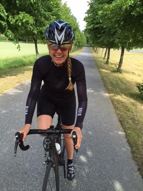 På cykeln vid annat tillfälle. Samma hoj (Canyon), samma outfit, annan färg på brillorna (X-kross) och denna gång med svart-röda handskar. Foto: Petra Månström