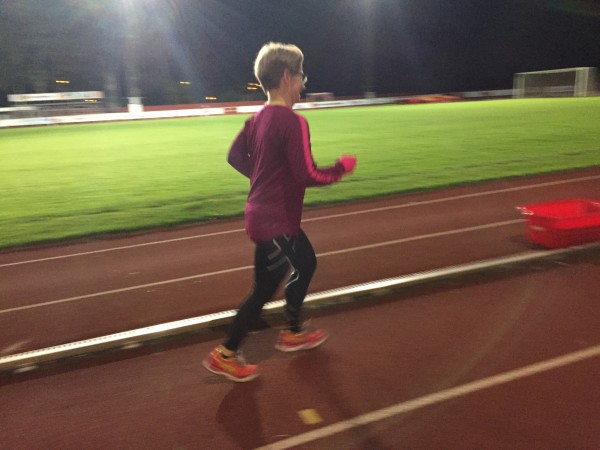 Lisa tog med sig färgskalan och valde rosa/orange för nattens 100 kilometerslöpning. Foto: privat