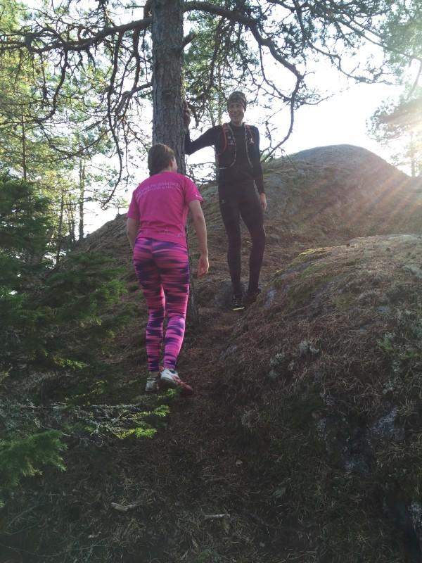 Sandra och Krister visar mig runt i skogen. För fel springer jag ju jämt. Foto: privat