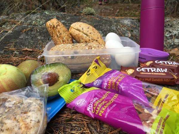 Smörgåsar, ägg, avokado, frukt, nötter, kycklingfilé, nötter, powerbar och kaffe.  Allt smakar gott utomhus. Foto: privat