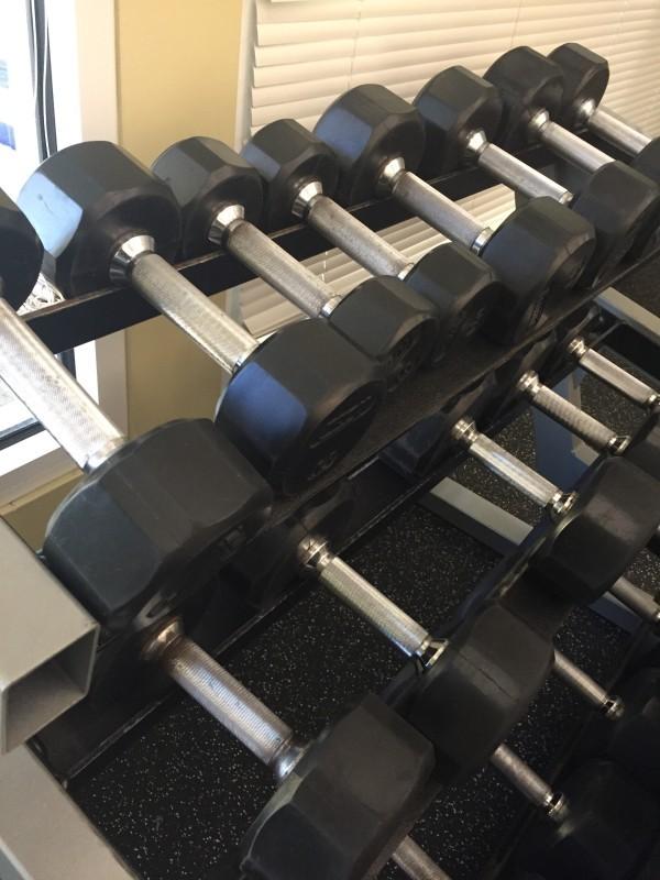 Har inte riktigt bekantat mig med maskiner än utan baserar min träning på fria vikter. Foto: privat