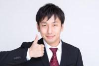 スーツ姿でいいね!する男性 大川竜弥