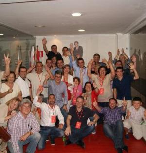 Militantes y simpatizantes del PSOE de Marbella celebran la victoria en su sede