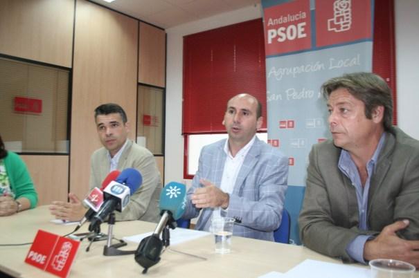 El secretario de Política Institucional del PSOE-A, Francisco Conejo (centro), flanqueado por José Bernal (izqda) y Ricardo López, ambos concejales de Marbella