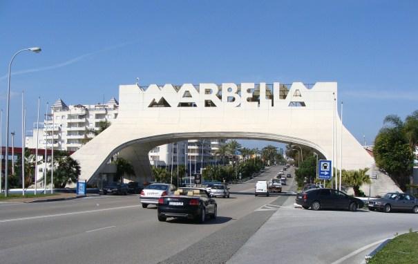 Imagen del arco de entrada a Marbella por la antigua N-340