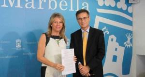 La alcaldesa de Marbella, Ángeles Muñoz, junto al exjefe jurídico del Ayuntamiento, Enrique Sánchez, actual miembro del bufete Guerrero Abogados, en imagen de archivo