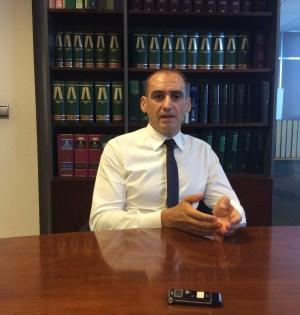 El abogado Antonio Flores en su despacho, durante la entrevista mantenida