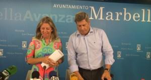 La alcaldesa de Marbella, Ángeles Muñoz, este martes, junto al edil de Urbanismo, Pablo Moro