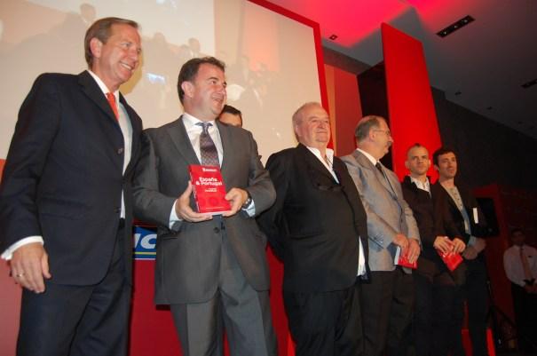 El director mundial de la Guía Michelin, Michael Ellis (primero izqda) junto a todos los cocineros que conservan sus tres estrellas