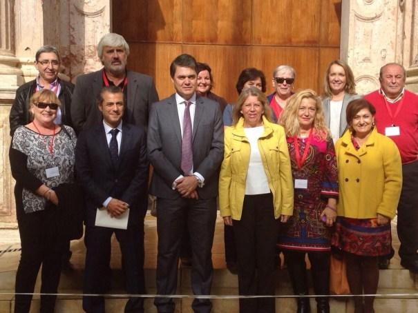La alcaldesa de Marbella, Ángeles Muñoz, durante su visita al Parlamento, acompañada de dirigentes vecinales y cargos del PP