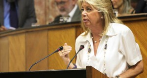 Ángeles Muñoz en 2011, interviniendo en el Parlamento Andaluz cuando era diputada por Málaga