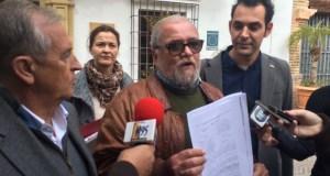 El exedil de IU Andrés Cuevas, muestra el acta del pleno del 85 donde votó en contra