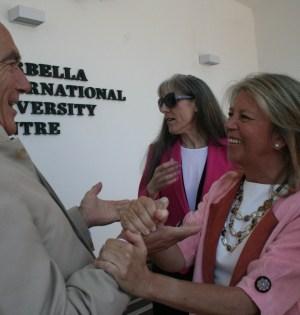 La alcaldesa de Marbella, Ángeles Muñoz, saluda al inversor suizo Max Blauenstein, en mayo de 2014, durante la jornada de puertas abiertas de la que iba a ser Universidad de El Pinillo, ahora no autorizada como tal por la Junta de Andalucía. Foto/J.C.Villanueva