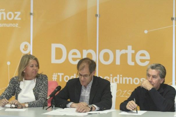 La presidenta del PP local, Ángeles Muñoz, junto al senador Abel Antón y el tenista Manolo Santana este lunes en el foro de Deporte