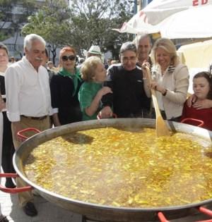 La alcaldesa de Marbella, Ángeles Muñoz, remueve una paella vecinal durante la celebración del día de Andalucía de 2014