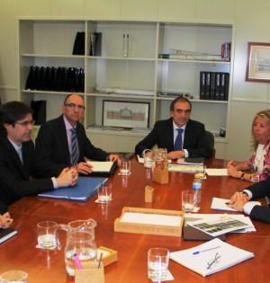La alcaldesa de Marbella, Ángeles Muñoz (primera por la drcha) junto al presidente de la Diputación de Málaga, Elías Bendodo (primero por la drcha) durante el encuentro mantenido este martes en Madrid con responsables de Fomento