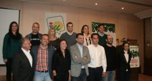 El coordinador regional de IU-CA, Antonio Maíllo (centro) junto al candidato a la Alcaldía de Marbella, Miguel Díaz (camisa blanca) y otros integrantes de su lista electoral