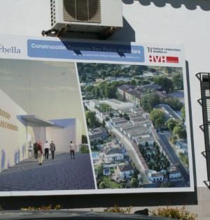 Panel del proyecto de ampliación del cementerio de San Pedro a la entrada del recinto