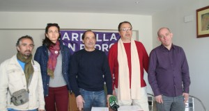 El secretario general de Podemos Marbella, Lolo González (cdntro de oscuro) junto a otros dirigentes de la formación este viernes