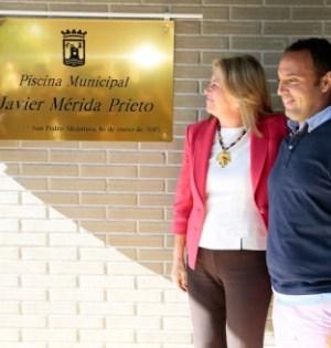 La alcaldesa junto al deportista Javier Mérida, en un homenaje reciente