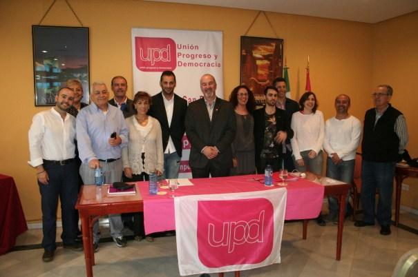 El candidato de UPyD a la Alcaldía de Marbella, Francisco Moreno, en el centro, rodeado de otros dirigentes e integrantes de su lista electoral. Foto/ marbellaconfidencial.es