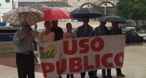 El candidato de IU a la alcaldía de Marbella, Miguel Díaz, este miércoles junto a otros miembros de su candidatura.