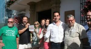 El candidato de IU a la alcaldía de Marbella,Miguel Díaz (centro camisa blanca) junto al histórico dirigente de la coalición Antonio Romero y otros dirigentes este viernes en una acción reivindicativa frente al Ayuntamiento. Foto/marbellaconfidencial.es