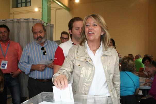La candidata del PP, Ángeles Muñoz, en el momento de ejercer su derecho al voto en San Pedro. Foto/marbellaconfidencial.es