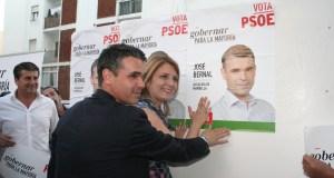 El candidato del PSOE, José Bernal, pega su primer cartel junto a la 'número 2' de su lista, Ana Isabel González Foto /marbellaconfidencial.es
