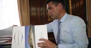 El alcalde de Marbella, José Bernal, consulta documentos de la delegación de Turismo durante una entrevista con marbellaconfidencial.es