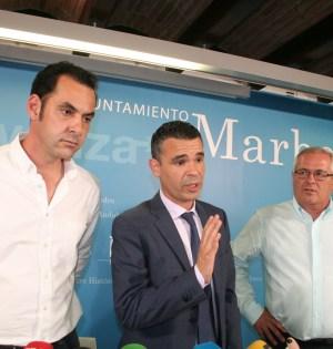 El alcalde de Marbella, José Bernal, flanqueado por los tenientes de alcalde Miguel Díaz (izqda) y Rafael Piña OSP (drcha) en imagen de archivo. Foto/ marbellaconfidencial.es
